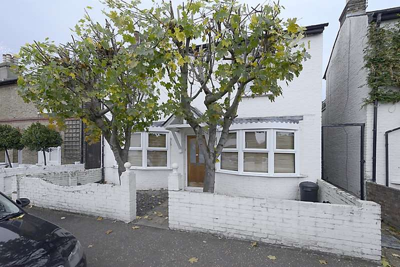 2 Bedrooms Maisonette Flat for sale in Milton Road, Hampton, Middlesex, TW12