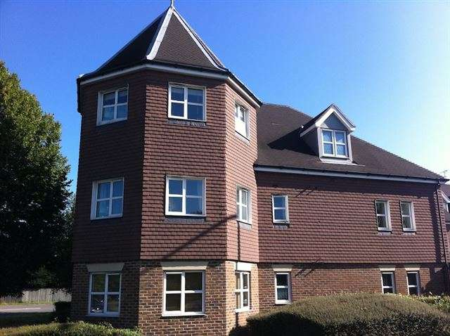 2 Bedrooms Flat for sale in Kitsbridge House, Brookhill Road, Copthorne, Crawley, West Sussex, RH10 3PS