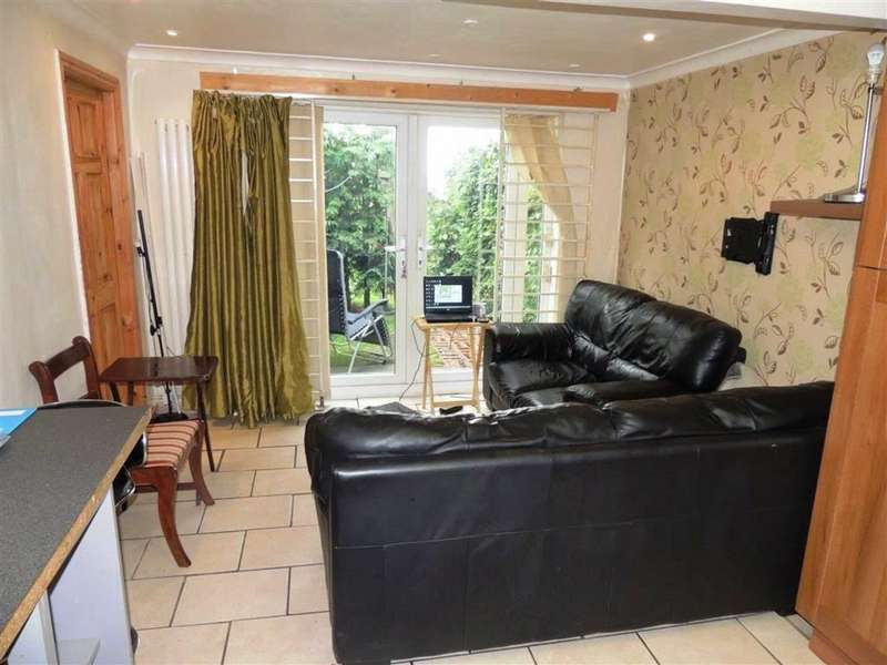 2 Bedrooms Flat for sale in Colebrook Drive, Moston, Manchester