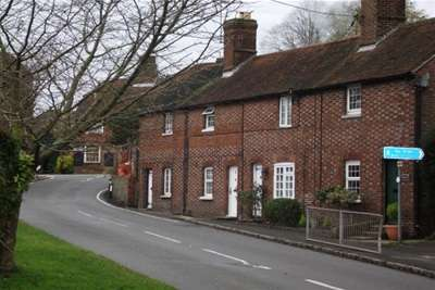 2 Bedrooms Terraced House for rent in Station Road, Rotherfield