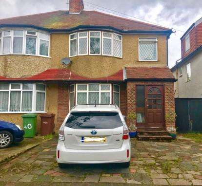 3 Bedrooms Semi Detached House for sale in Oakleigh Avenue, Edgware, Middlesex