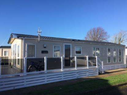 2 Bedrooms Bungalow for sale in Hoburne Naish, Christchurch Road