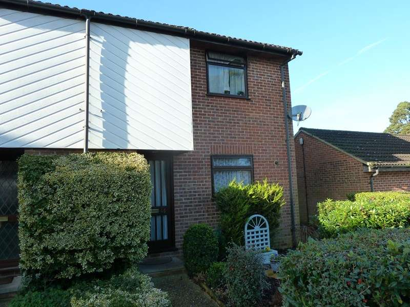 3 Bedrooms Property for sale in Montrose Close, Whitehill, Hampshire, GU35 9RQ