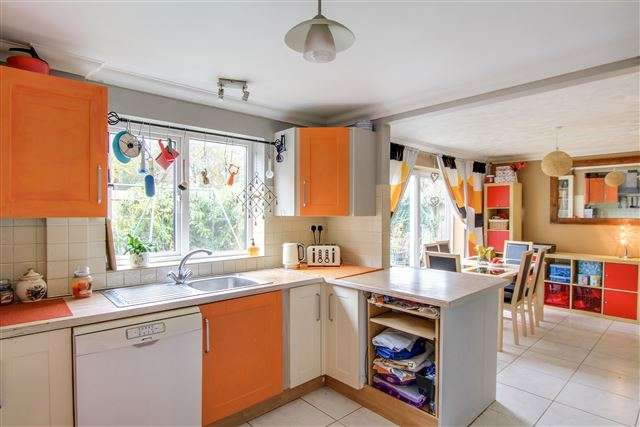 4 Bedrooms End Of Terrace House for sale in Gloucester Road, Tilgate, Crawley