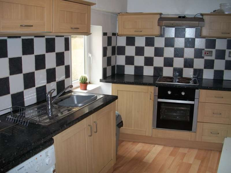 3 Bedrooms End Of Terrace House for rent in Woodsley Road, Hyde Park, Leeds