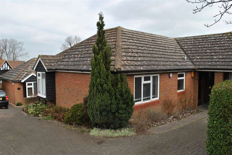 3 Bedrooms Bungalow for rent in Coltsfoot Drive, Royston