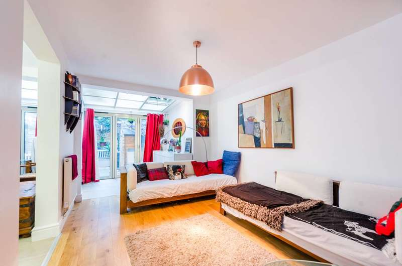 2 Bedrooms Flat for rent in Chilton Street, Bethnal Green, E2