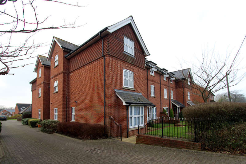 2 Bedrooms Flat for rent in Highfield Court, Bishops Waltham