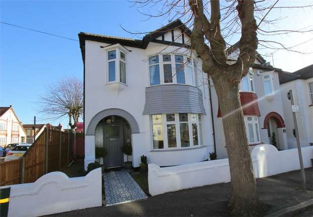 3 Bedrooms Semi Detached House for sale in Fairleigh Drive, LEIGH-ON-SEA, Essex