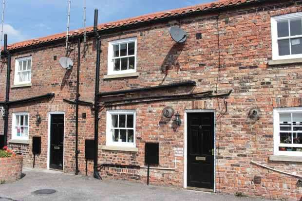 2 Bedrooms Cottage House for sale in Bishopsgate Court, Goole, North Humberside, DN14 7SF