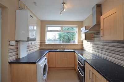 3 Bedrooms Semi Detached House for rent in Bowling Avenue, Wrenthorpe