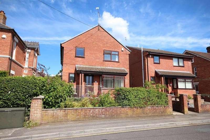 4 Bedrooms Detached House for sale in Kirkway, Broadstone