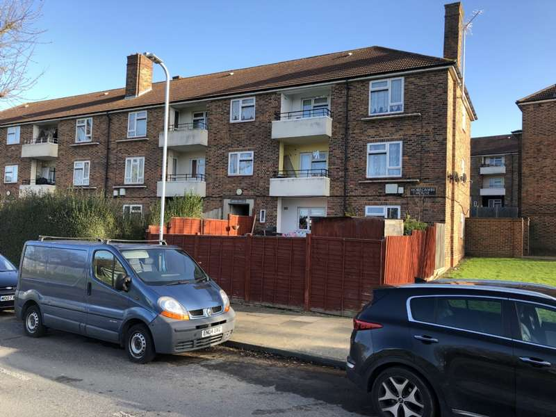 2 Bedrooms Flat for sale in Chudleigh Road, Romford