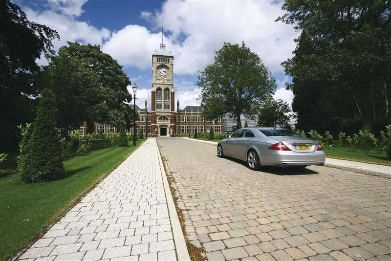 3 Bedrooms Flat for rent in Royal Connaught Drive, Bushey, Hertfordshire