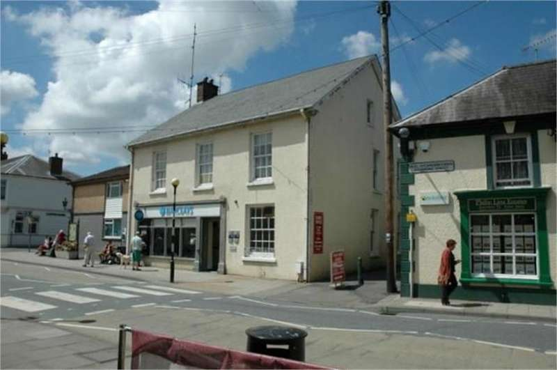 4 Bedrooms Flat for rent in Above Barclays Bank, Newcastle Emlyn, Carmarthenshire