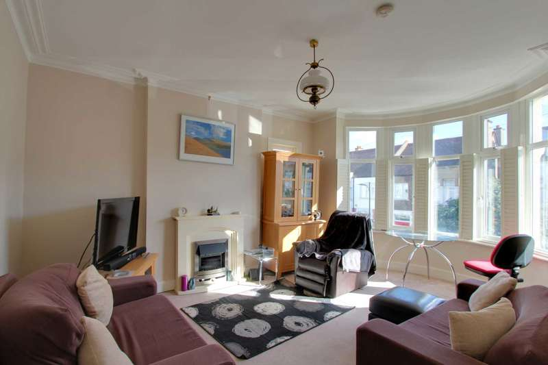 2 Bedrooms Flat for sale in Cotswold Road, Westcliff on Sea