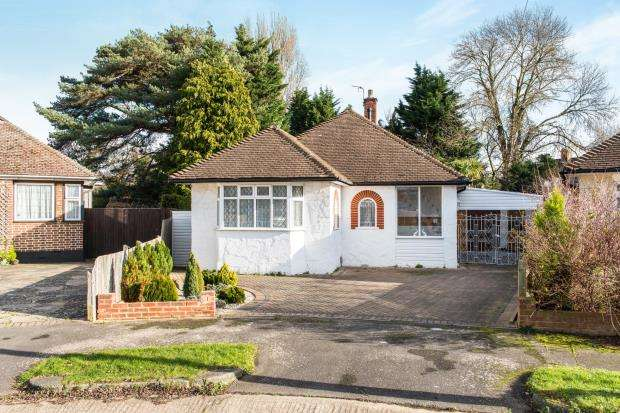 2 Bedrooms Bungalow for sale in Worcester Park, Surrey