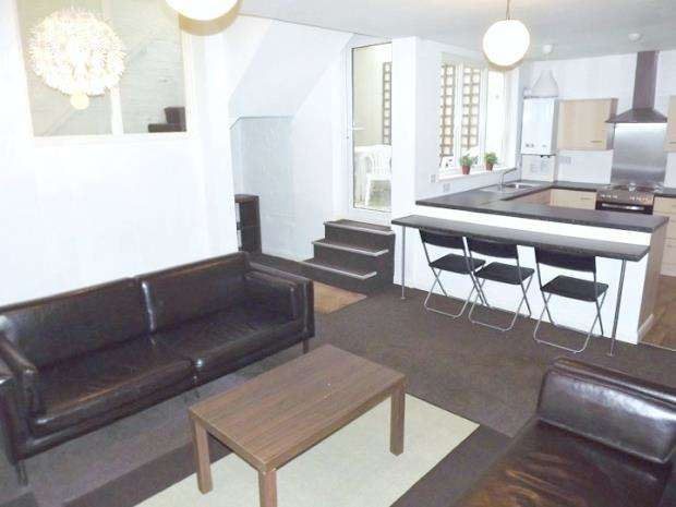 2 Bedrooms Flat for rent in Portland Square, City Centre