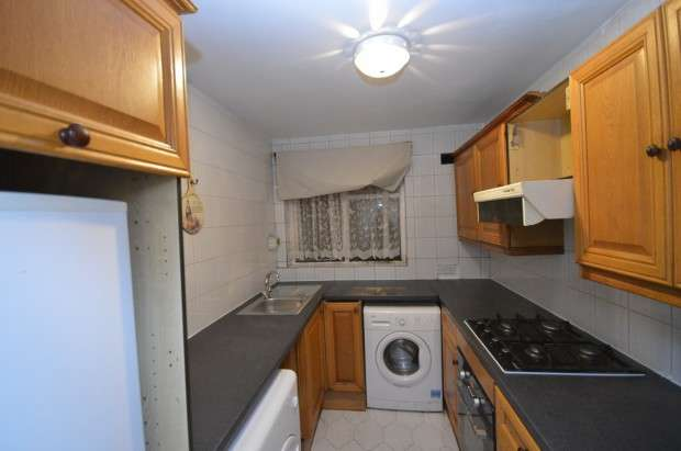 2 Bedrooms Maisonette Flat for rent in Bullen Court, New North Road, Hainault, IG6