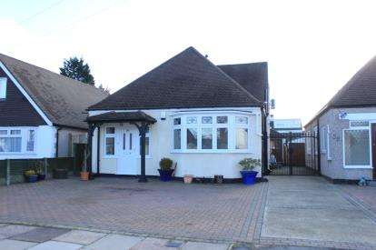 3 Bedrooms Bungalow for sale in Clayhall, Essex