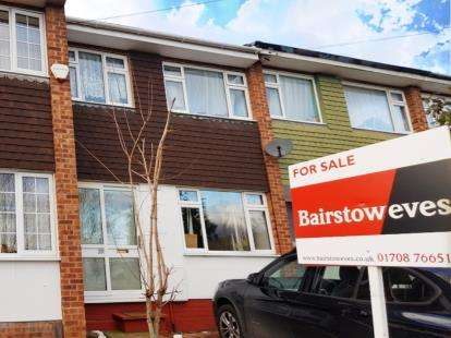3 Bedrooms Terraced House for sale in Collier Row, Romford, Havering