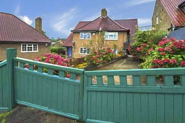 3 Bedrooms Semi Detached House for sale in Durning Road, Upper Norwood, Greater London, SE19 1JP
