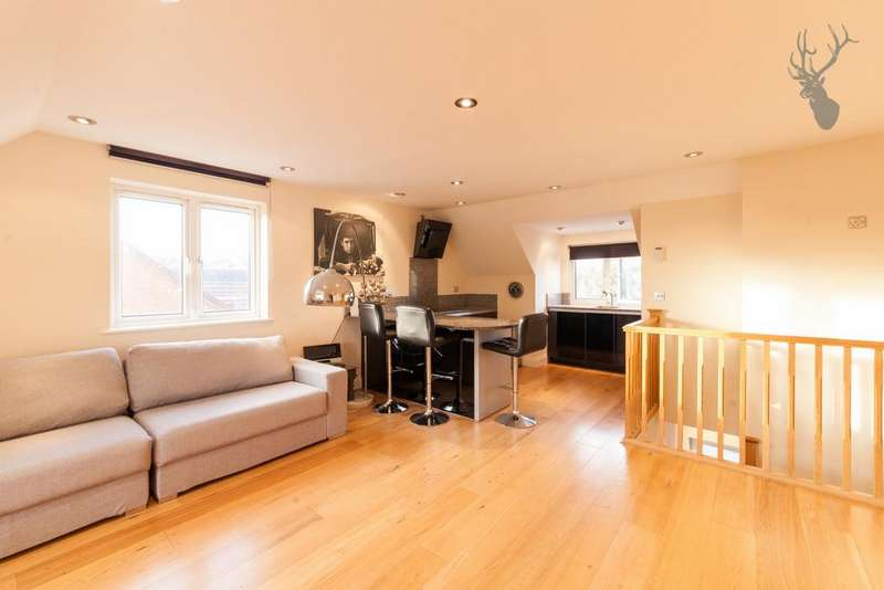 2 Bedrooms Flat for rent in Coppice Row, Theydon Bois, CM16