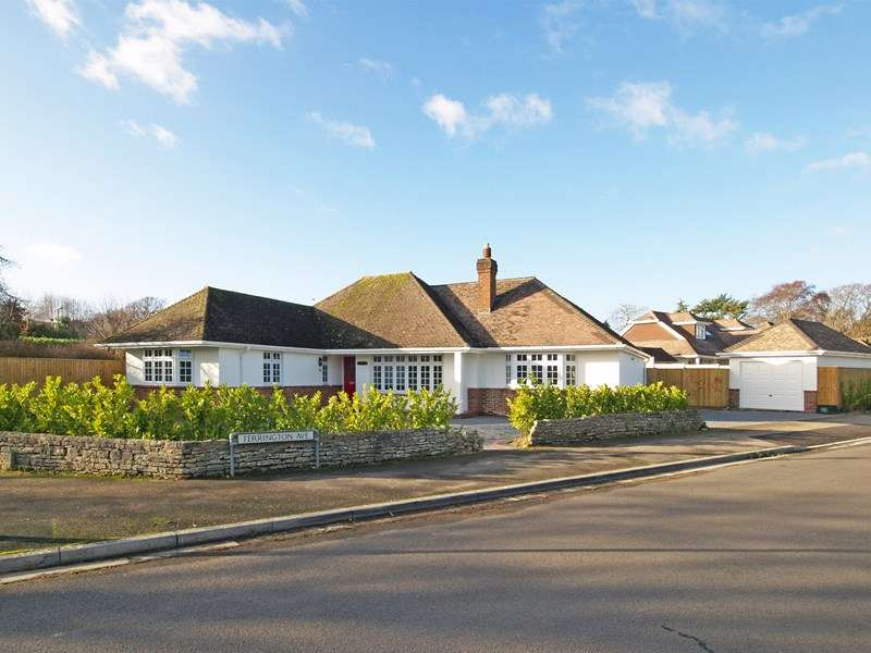 4 Bedrooms Detached Bungalow for sale in Terrington Avenue, Highcliffe, Christchurch