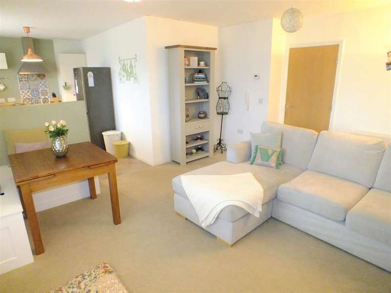 2 Bedrooms Flat for sale in Maple Court, Seacroft, Leeds, LS14 6FS