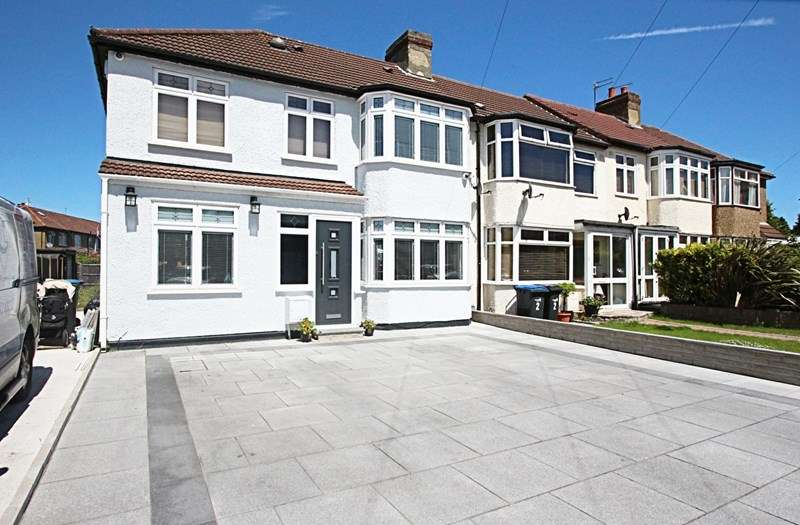 4 Bedrooms Property for sale in Newby Close, Enfield