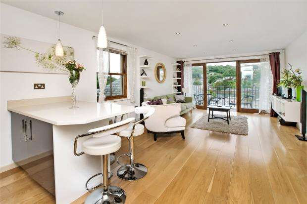 2 Bedrooms Flat for sale in The Creekside, Looe, Cornwall