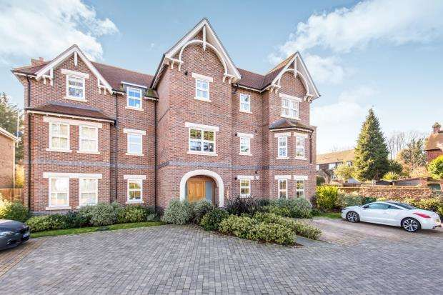 2 Bedrooms Flat for sale in Albury Road, Guildford, Surrey