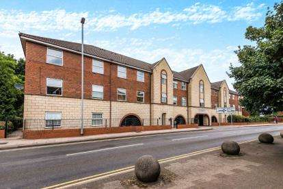 2 Bedrooms Flat for sale in Kelvestone House, 47 Park Road, Cannock, Staffordshire