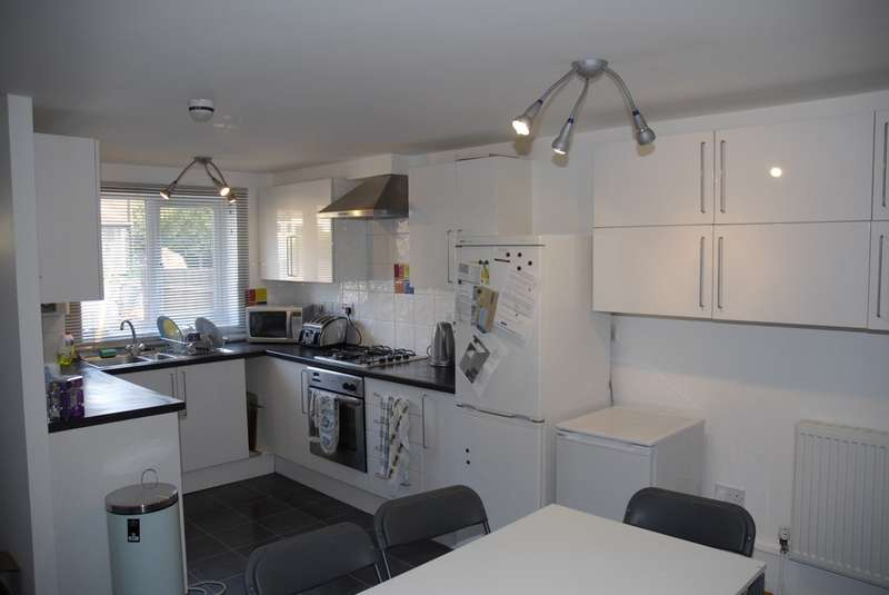 6 Bedrooms Terraced House for rent in Russell Road, Hyson Green NG7