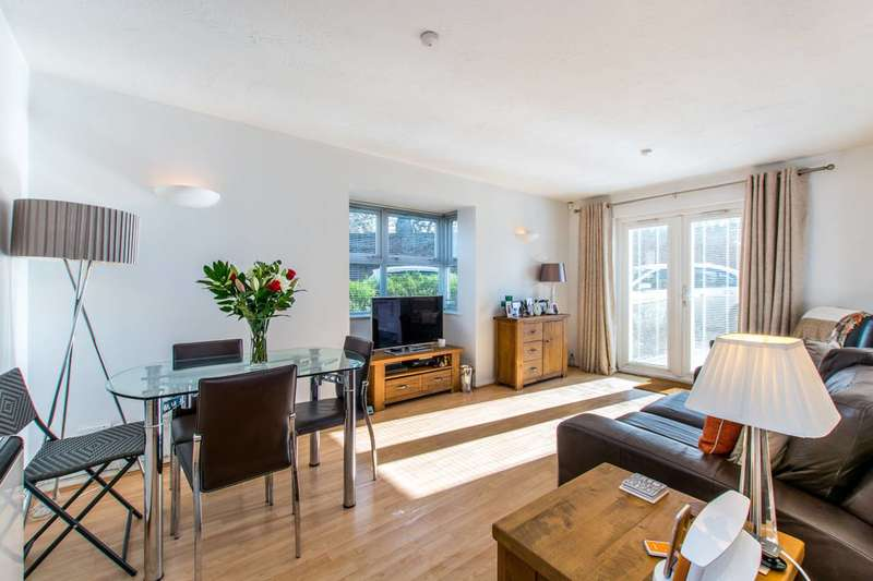 2 Bedrooms Flat for sale in Busch Close, Isleworth, TW7