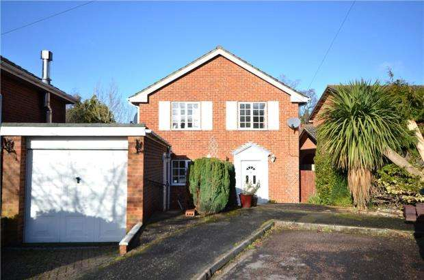 4 Bedrooms Detached House for sale in Howes Gardens, Church Crookham, Fleet