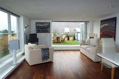 2 Bedrooms Flat for rent in Woking