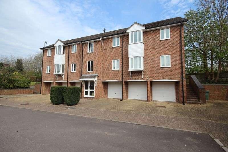 2 Bedrooms Flat for rent in Bruyn Court, Fordingbridge