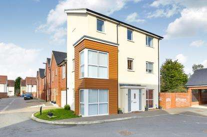 4 Bedrooms End Of Terrace House for sale in Knights Crescent, Bletchley, Milton Keynes