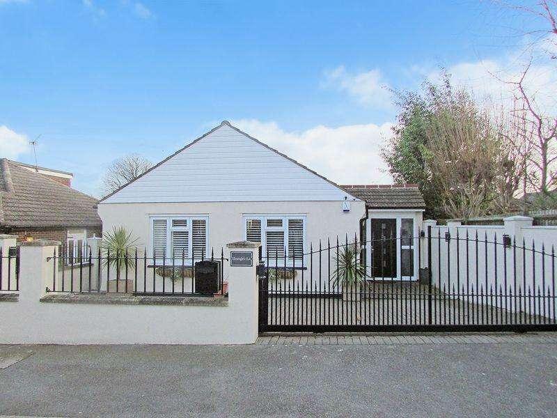 3 Bedrooms Detached Bungalow for sale in Fernheath Way, Joydens Wood