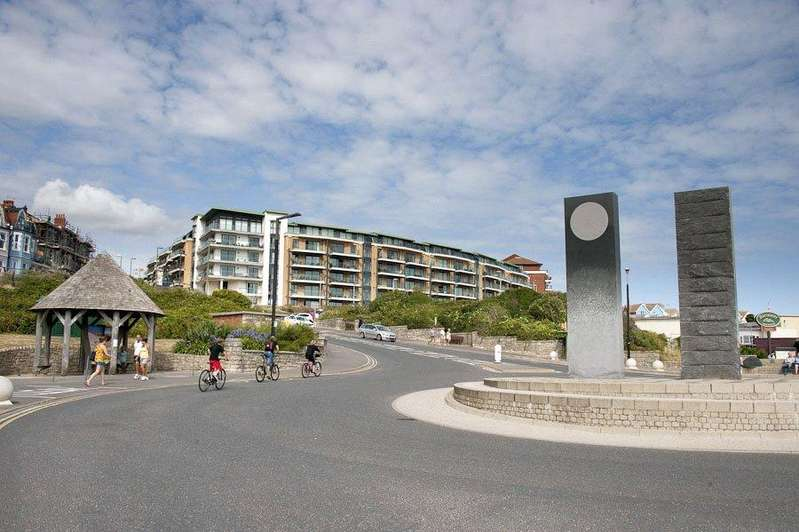 2 Bedrooms Flat for sale in Marina Close, Bournemouth, Dorset, BH5