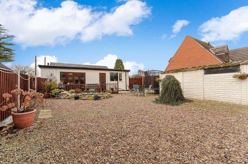 4 Bedrooms Bungalow for sale in 56 Hawthorn Road, Reepham