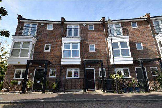 4 Bedrooms Terraced House for sale in Stonely Crescent Greenhithe DA9