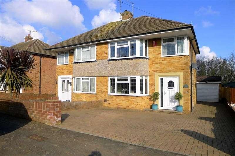 3 Bedrooms Semi Detached House for sale in Lyndhurst Avenue, Rainham
