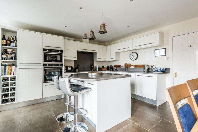 2 Bedrooms Apartment Flat for sale in DORKING