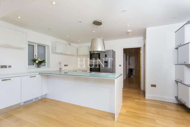 4 Bedrooms Detached House for rent in Summerfield Road, Loughton IG10