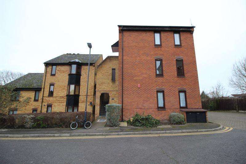 2 Bedrooms Apartment Flat for sale in Badgers Close, Harrow