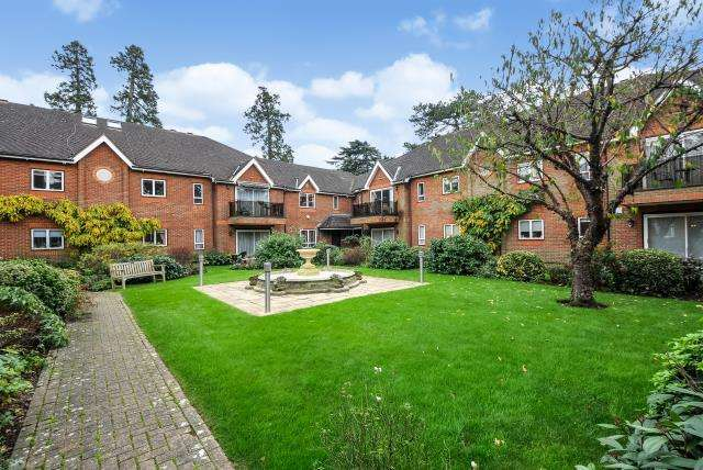 3 Bedrooms Flat for sale in Bushey, Hertfordshire, WD23