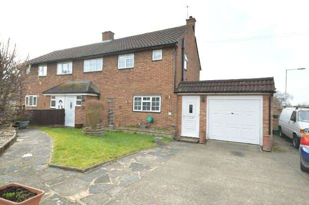3 Bedrooms Semi Detached House for sale in Selby Close, Chessington