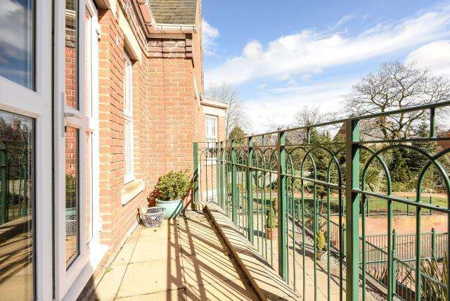 2 Bedrooms Flat for sale in St Ann's Park, Virginia Water, GU25